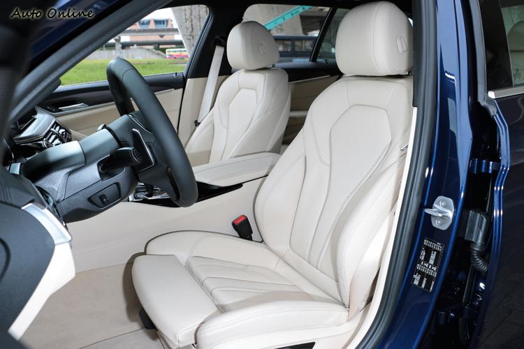 淺色的內裝顏色營造出高質感座艙氛圍。
