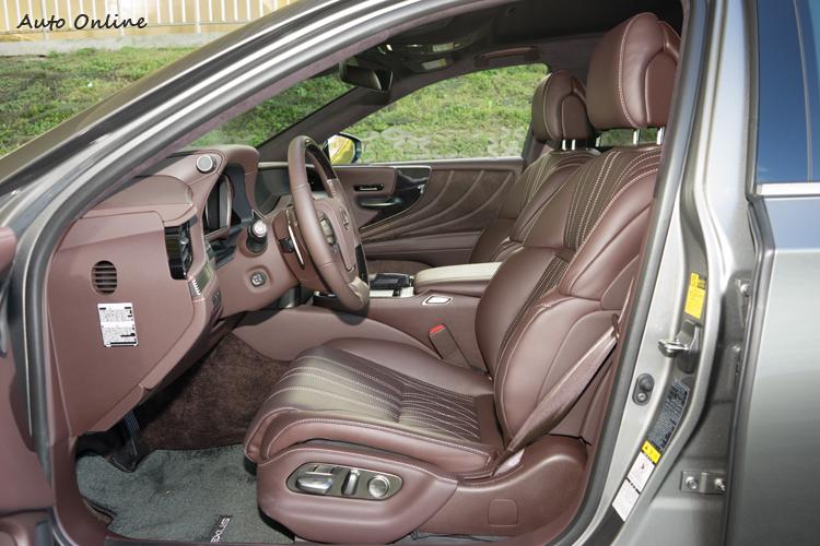 高級真皮座椅在駕駛座提供24向電動調整。
