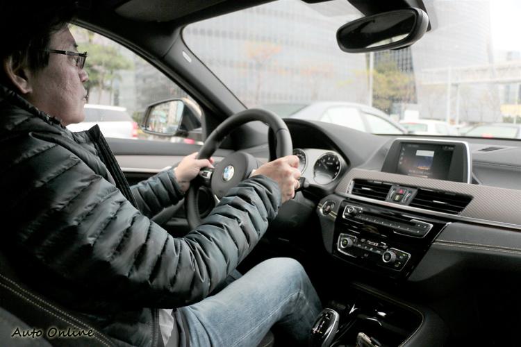 坐上駕駛座第一時間覺得它的方向盤轉動輔助力道偏弱,也就是轉起來有些重手。