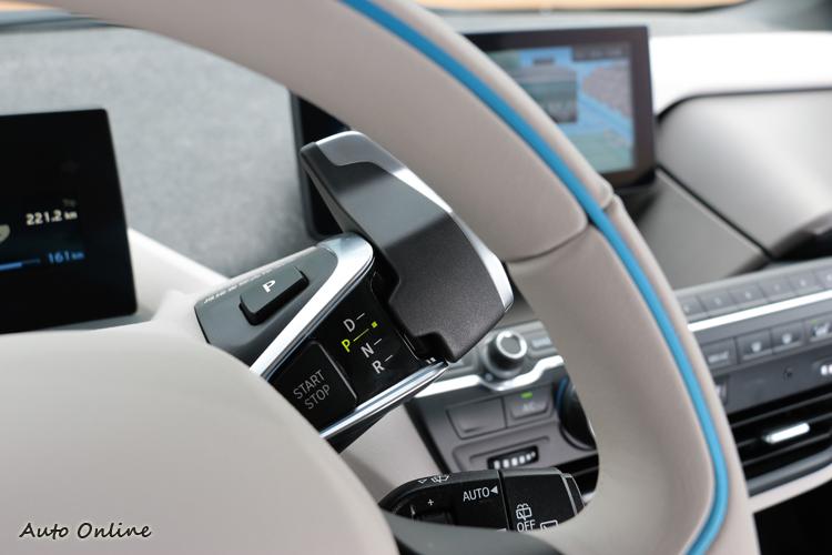直覺式操控排檔桿則整合至方向盤機柱右側,創造出懸浮般的視覺感受。