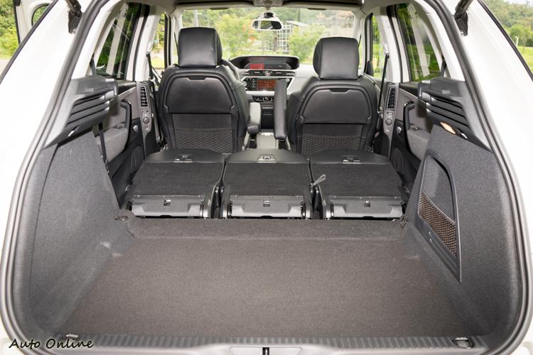 後座椅背全放平之下容量達1851公升,平整度也高。