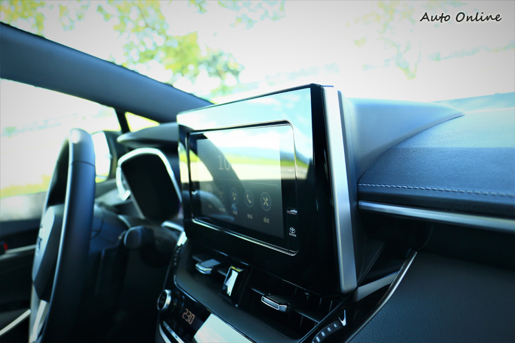 固定式螢幕慢慢成為新世代車款主流,看久了也不感覺它突兀。