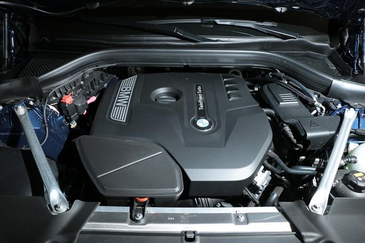 動力與xDrive30i相同,搭載2.0升四缸渦輪增壓引擎,不過在調校上面刻意降低整體輸出。