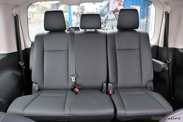 第四排則是三人座設定,6/4分離能調整椅背以及座椅前後。