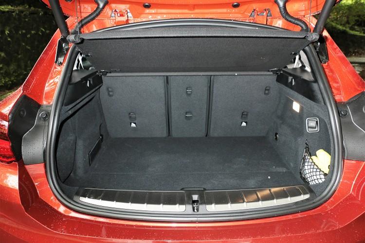 標準行李廂空間470公升(包含底板下的空間),椅背傾倒後擴增至1335公升。