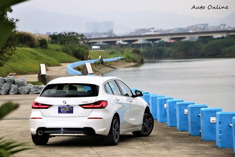 對我而言,新一代的1系列車尾比起車頭順眼許多,面積碩大的雙腎型水箱護罩需要時間適應。
