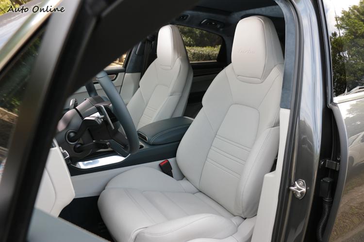 標準配備18向全功能電動調整跑車前座座椅,並附有通風功能。