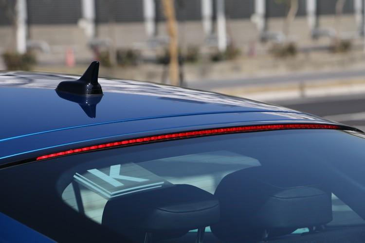 隱藏式第三煞車燈的長度幾乎橫跨整個後窗玻璃的八成。