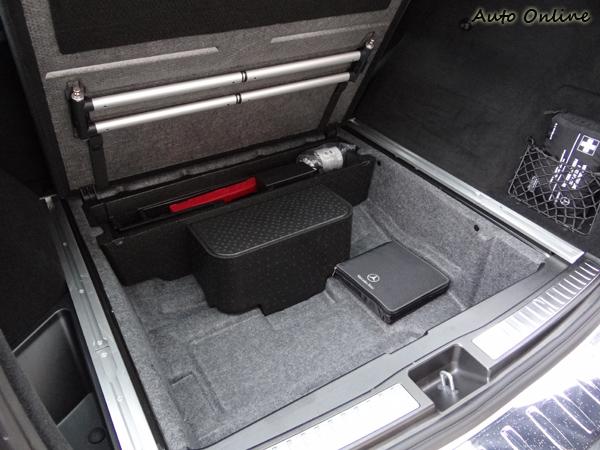 行李廂下方除了工具、手冊,還有很多置物空間。