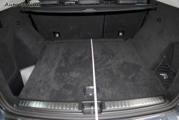 在座椅未倒下時行李箱為690公升,椅背倒下瞬間為2010公升。