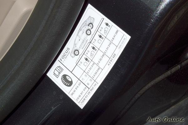 不同車種有不同的胎壓標準,通常在駕駛座旁邊有張貼紙告知標準胎壓。