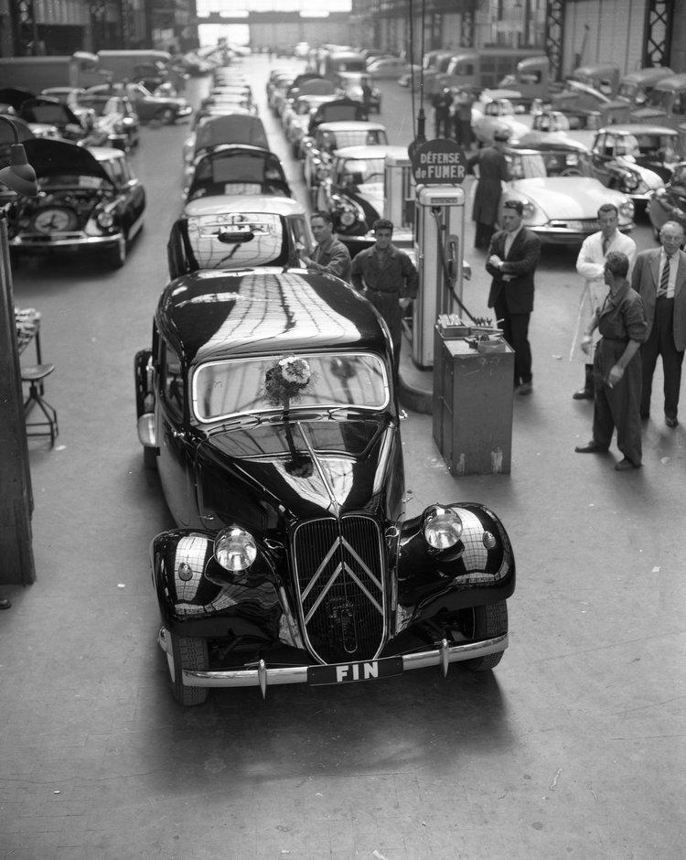 生產了23年之後,最後一部車在1957年7月25日掛上象徵終結的車牌駛出生產線交給車主,將棒子交給後繼車DS,至於DS車系又是另一個故事了。