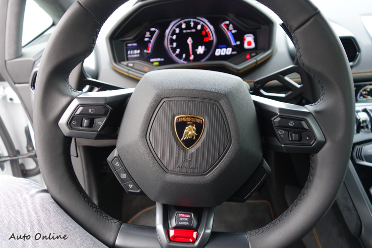 車燈、雨刷、行車電腦和駕駛模式選擇器,都設置在方向盤上。
