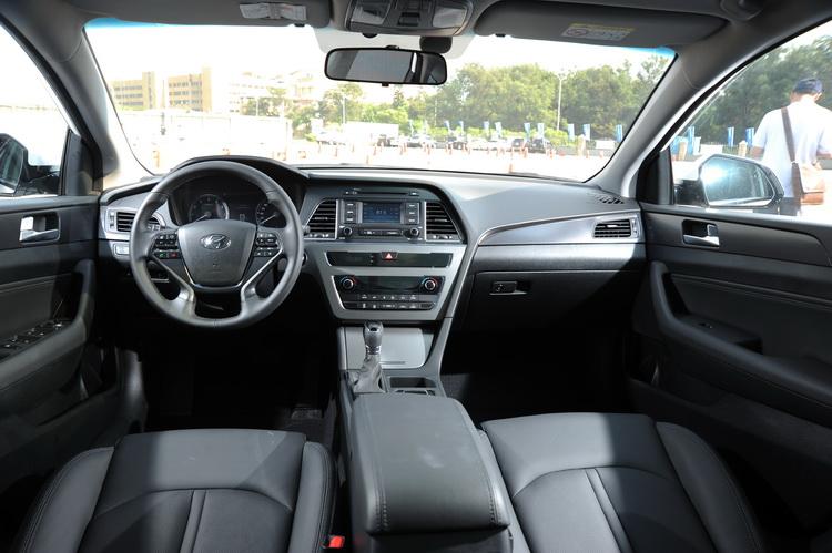 內裝有更偏向駕駛者的設計,同時也以較直調線條建構豪華內斂的車艙氛圍