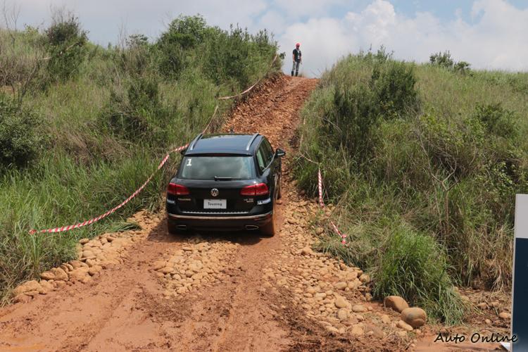 面對陡坡時,保持足夠的油門深度,最好要有人幫忙指引路線。