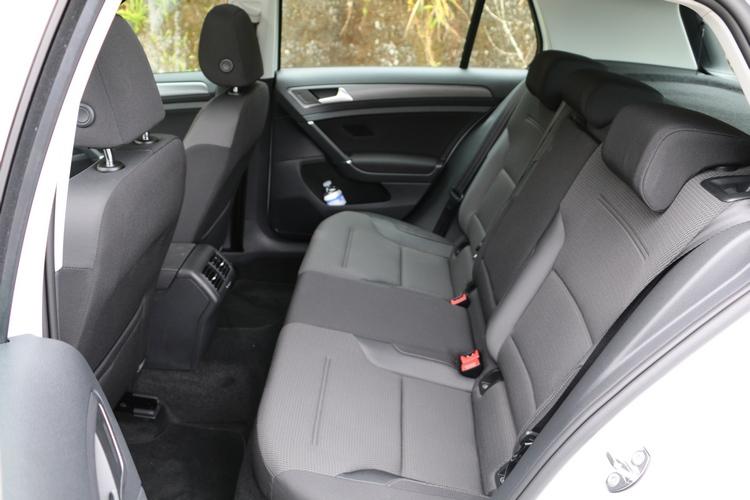 後排座椅頭部空間967mm,座艙寬度擁有1440mm的水準。