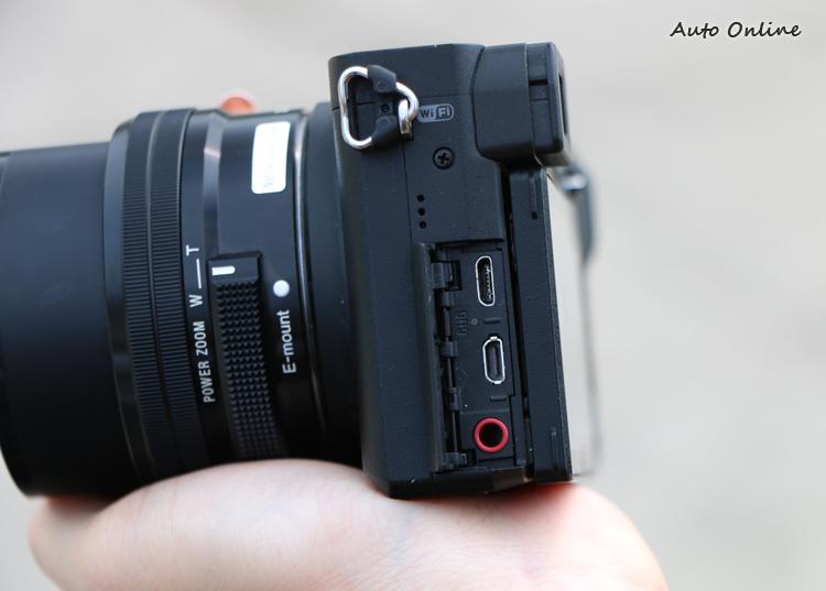 左邊插槽的設計與α6300相同,並支援行動電源充電延長拍攝時間。