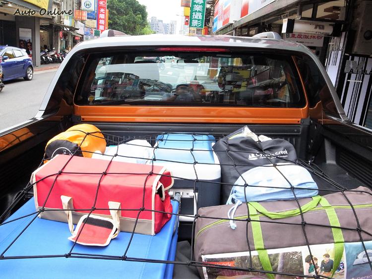 為了防止貨斗物品因晃動遺失,特地買了一張置物網。