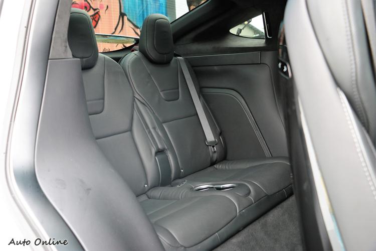第三排的空間對於七人座休旅車來說表現可接受。