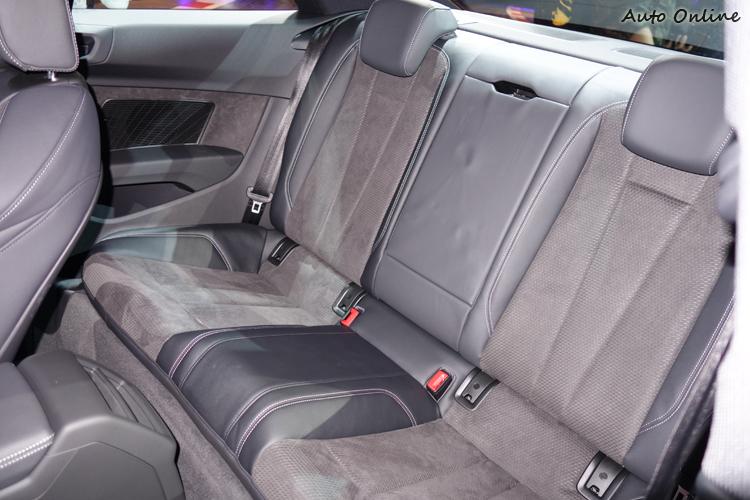 後座可容納兩大一小乘坐,並且有自己的扶手和杯座,後傾坐姿也避免晃動暈車。
