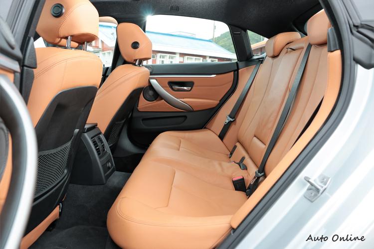 座位採標準的五人座設定,有別於雙門跑車2+2拘謹的配置。
