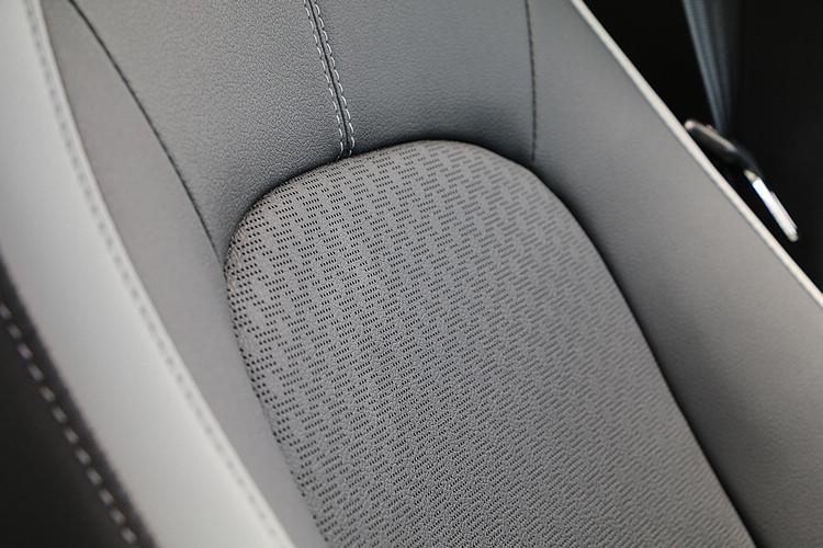 雙色透氣皮椅的質感不錯,而且不用另外加錢就是標準配備。