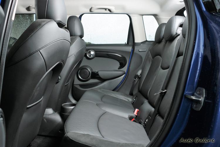 後座空間比起三門車型寬敞,多了兩扇門方便後座乘客進出。
