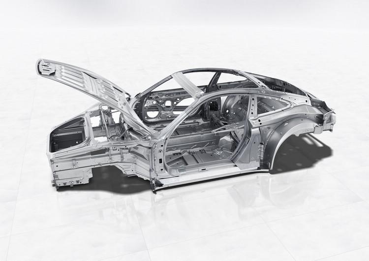 更精進的輕量化設計源於更高比例的鋁合金,但鋁合金不同於鋼材的特性,也讓保時捷在沖壓成形製程上面臨挑戰。