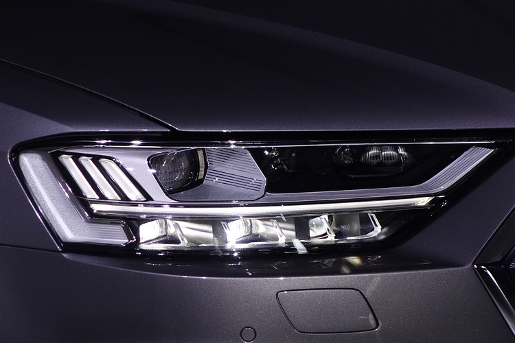 Audi HD高階矩陣式LED極光頭燈,在任何天候狀況,皆可敏捷的依據路況與車輛相對距離主動調整照射角度。