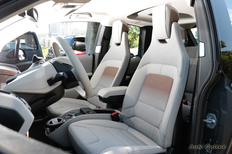 座椅只有手動調整,減少電子設備來增加蓄電量與可行駛距離。