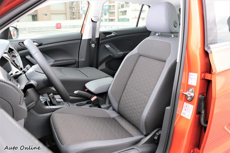 座椅採用不織布材質,副駕駛座可以完全倒平是同級對手所沒有。