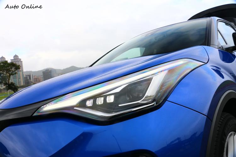 搭配LED Bi-Beam頭燈組,輔以刀鋒般的燈眉設計,顯現車頭帥勁銳氣。