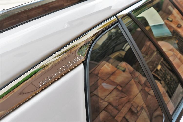 車側C柱上方的鍍鉻飾板,上面印有Corolla Cross專屬字樣。