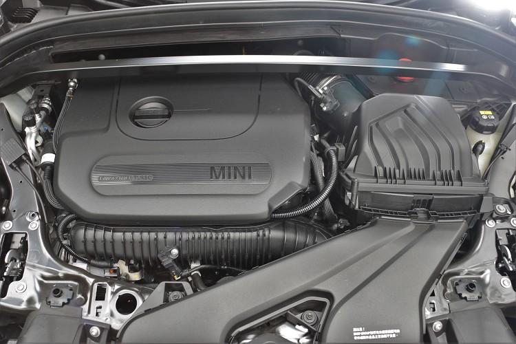 搭載的是原廠代號B48的2.0升四缸渦輪增壓引擎,引擎內部採用強化曲軸,整體效能較前代JCW車型馬力提升32%,扭力則提升29%。