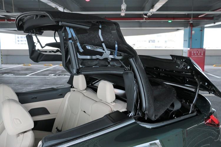 原廠表示,現在的技術可以讓軟篷的隔音、隔熱與硬頂相同,又能減輕重量40%。