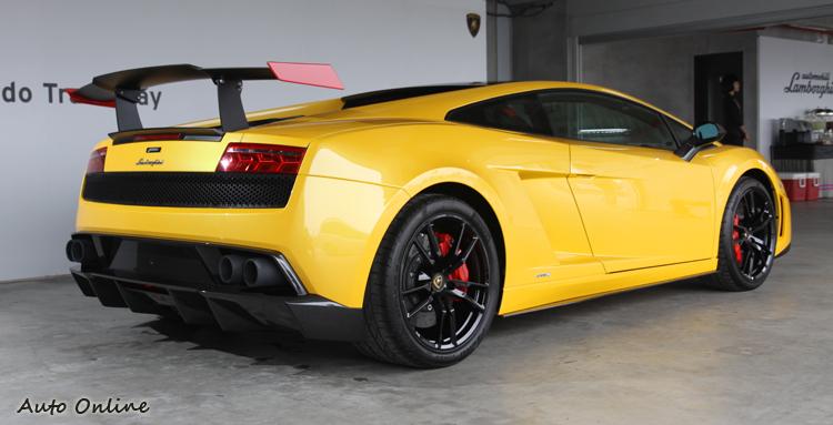 與Edizione Tecnica相同,車輛後方裝有可手動調整的大型尾翼,可大幅提升下壓力。