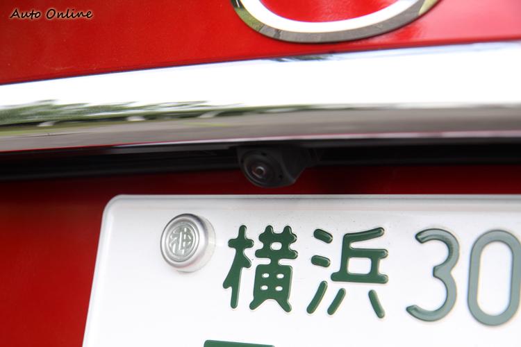 後方牌照上方有倒車顯影鏡頭,另外日本的車牌螺絲設計也太可愛了吧!