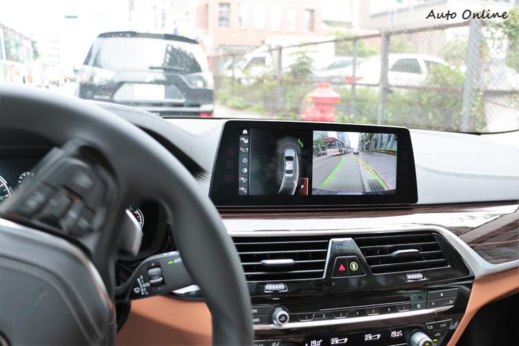 自動停車功能啟動後,駕駛只要壓住開關跟控制煞車。