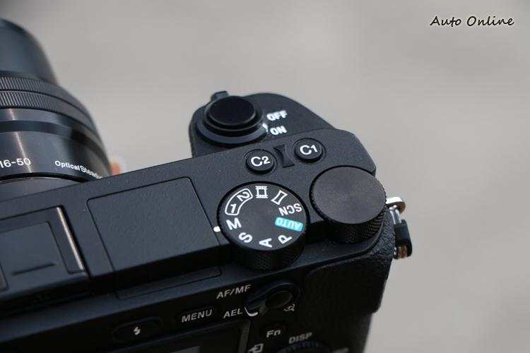 Sony α6500 新增C2自訂鈕,同時將自訂鈕的位置移到與α7系列相同的位置。