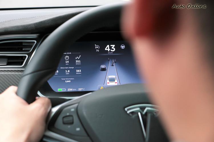 自動輔助駕駛電腦會自動偵測前方路況,主要障礙物可分為貨車、轎車與摩托車。