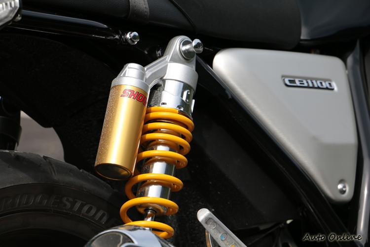 為了符合運動取向,RS車款配備專屬的掛瓶後避震,同時後輪也裝配運動街車常見的180mm寬胎。