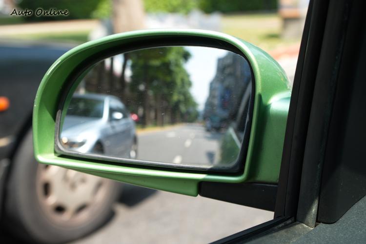 後視鏡宜調整至僅看得到自車邊緣。