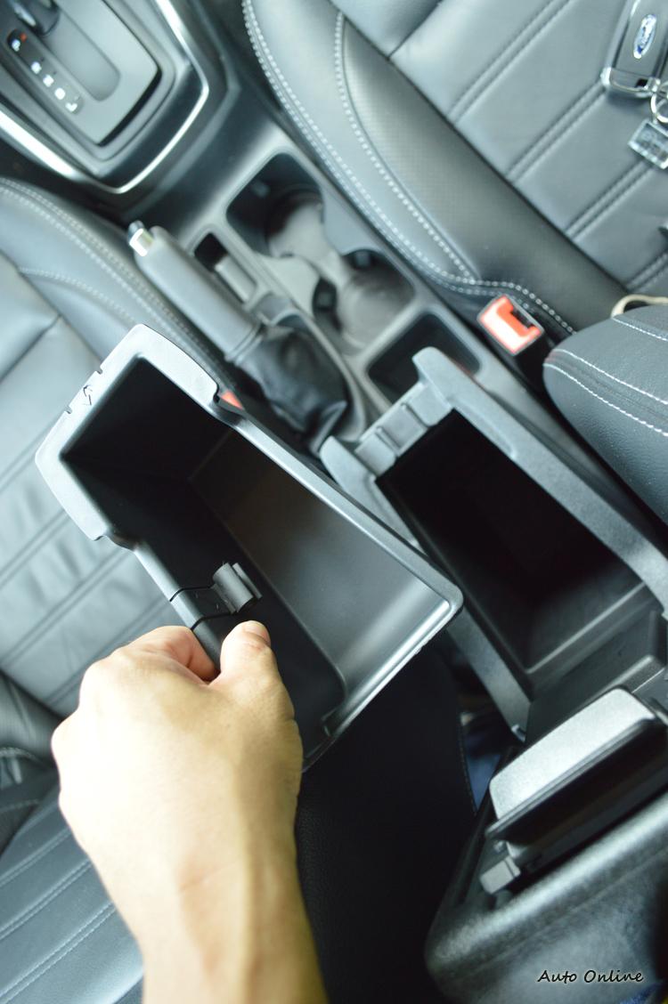 車內多達25處的收納空間,讓EcoSport的休旅稱號喊得更大聲。
