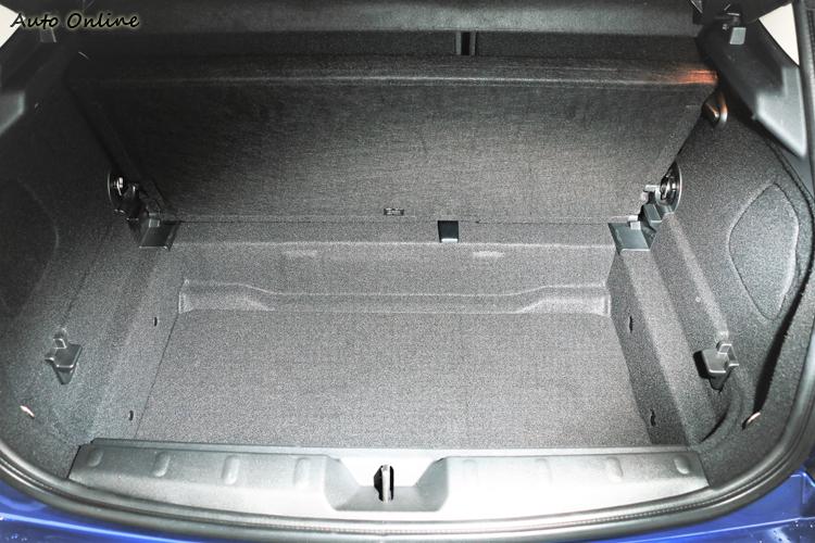 行李廂蓋板下有額外空間可擺放私人物品。