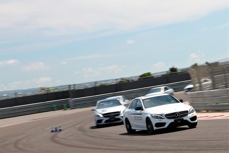 在教練的帶領下,車主們依序展開賽道過彎技巧的練習,藉由不同入彎角度了解在賽道上應如何操控車輛。