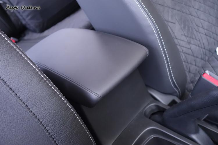 新追加的中央扶手具備前後滑移設計,為駕駛增加些許舒適性。