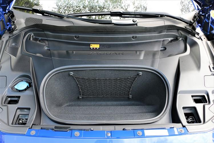 電動車前方無內燃機引擎構造,引擎蓋下方也提供額外的 27公升儲物容積。