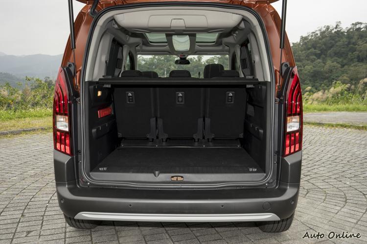 空間方正的後行李廂收納容量達775公升。