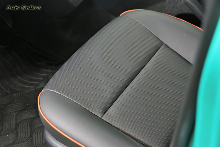 1.8L尊爵車型還有透氣打孔豪華皮質座椅,算是小小的加分效果。