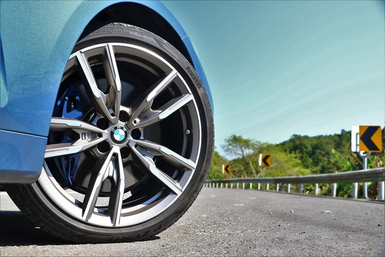 M款的四活塞卡鉗搭配19吋規格鋁圈,帶來很高的過彎極限與精準制動力。